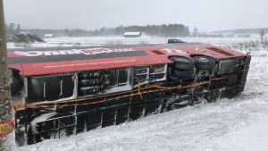 En buss körde av vägen på riksväg 8 under en snöstorm.