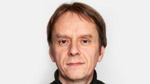Närdbild på man klädd i svart tröja. Journalisten Anders Mård.