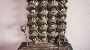 En skulptur av Salvador Dalí med en massa ögon.