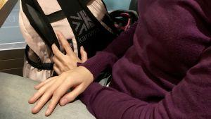 Bild på över kroppen på intervjuade läraren Anna.