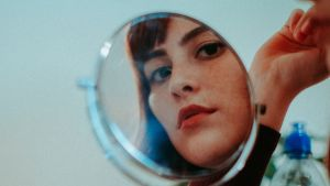 Nainen peilin edessä.