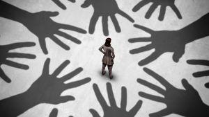 En kvinna står i mitten i en konstruerad bild där flera händer sträcker sig in mot henne.
