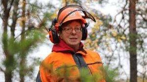 Nainen kypärä päässä metsässä