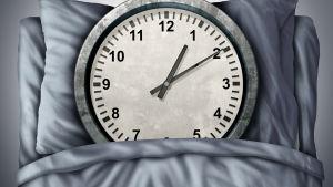 En stor klocka i en säng.
