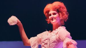 Ulrica Berg gör rollen som Paquette när operan Candide får Finlandspremiär.