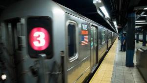 Jonkun New Yorkin metroaseman laiturilla. Juna on juuri saapunut tai lähdössä.