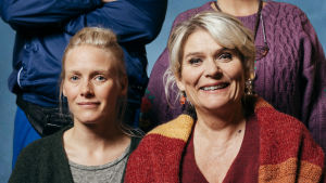 Kaisa (Laura Birn) ja Anneli (Pirkko Hämäläinen) poseeraavat elokuvan Kill Anneli mainoskuvassa.