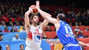 Spaniens Pau Gasol försöker kasta mot Grekland i basket-EM 2015.