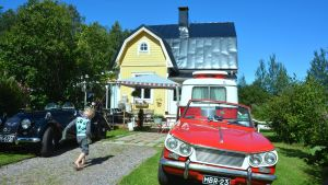 Två gamla bilar framför Café Classic Garage i Snappertuna.