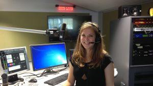 Sofia Forss i radiostudion.