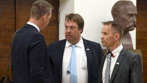 Sannfinländarnas riksdagsledamöter Tom Packalén (till vänster), Mika Raatikainen och Mika Niikko.