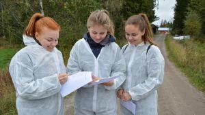 Ella Turpiainen, Vilja Salo och Riikka Paloluoma bekantade sig med Bjarne Maras bondgård.