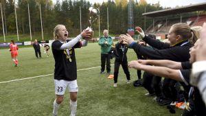 Hjälten Anna Auvinen lyfter pokalen.