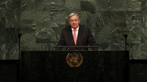 YK:n pääsihteeri Antonio Guterres pitää puhetta yleiskokouksessa.
