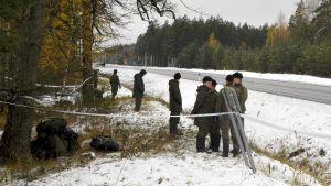 Beväringar vaktar olycksplatsen i Raseborg.