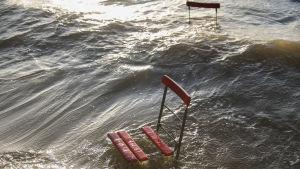 Tuolit jäävät rannalle tulvivan veden alle.
