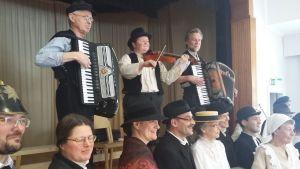 Västra Nylands folkdansare övar inför uppvisningen av Nyländsk purpuri