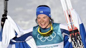 Krista Pärmäkoski med Finlands flagga.
