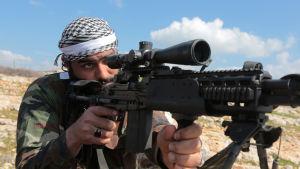 Turkiet får stöd av rebeller från den Fria syriska armén som delvis betraktar offensiven som en hämndoperation