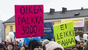 Lastentarhanopettajien palkkoihin liittyvä mielenosoitus Helsingin Narinkkatorilla.