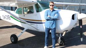 Piloten Mark Lindholm framför ett flygplan.