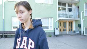 Anna Strebelle utanför Karjaan yhteiskoulu i Karis.