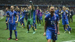 Island firar segern över Englan vid EM 2016.