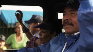 Nicaraguas president Daniel Ortega och hans fru Rosario Murillo deltar i en stöddemonstration ordnad av presidentens anhängare.