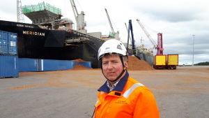 Juha Hakala framför fraktfartyget Meridian.