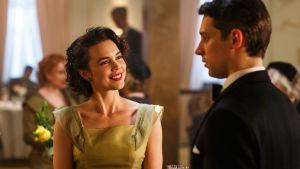 Karakrären Nina ler mot Peter som i sin tur ser bekymrad ut.