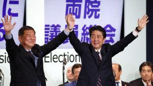 Shinzo Abe besegrade sin utmanare, den förre försvarsministern Shigeru Ishiba (till vänster) i överlägsen stil