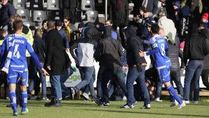 Supportergräl mellan HJK:s och FC Honkas anhängare.