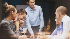 Personer som sitter i ett möte.