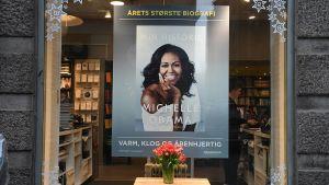 Promobild av Michelle Obamas bok Becoming, eller Min historia som den heter på svenska. Bilden är från Danmark där den lokala översättningen har fått namnet Min historie.
