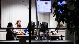 Brette Gerndorf ja Ülle Õis töissä Nordean puhelinpalvelussa Tallinnassa.