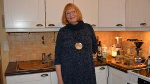 Siv-Britt Höglund står i sitt kök