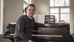 Tuomas Katalaja, oopperalaulaja kotonaan hämeenlinnssa