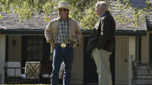 President Bush (Sam Rockwell) och Cheney (Christian Bale) resonerar ute på Bush gård.