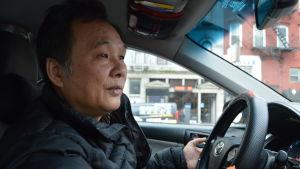 Taxichaufför blickar framåt i sin bil