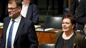 Centerpolitikerna Juha Sipilä och Annakaisa Heikkinen i riksdagen