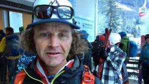 Krister Jonsson, bergsguide som arbetat ett tiotals år i Alperna, tycker att myndigheterna ge fördelar åt turister som reser miljövänligt.