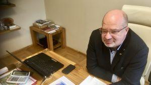 Valkas borgmästare Vents Armands Krauklis sitter vid sitt arbetsbord