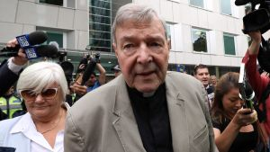 Kardinal Pell då han lämnnade domstolen i Melbourne den 26 februari.