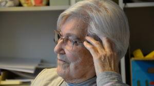 Arla Andersson, en dam med grå skjotta och beige väst.