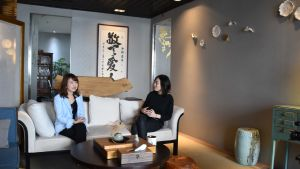 Doris Li (t.v.) gav en berömd arkitekt i uppgift att inreda hennes kontor.