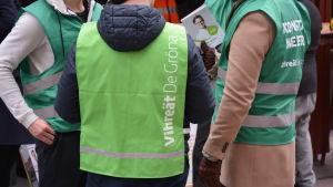 De grönas valarbetare på valgatan i Åbo, partiets emblem syns på ryggen.