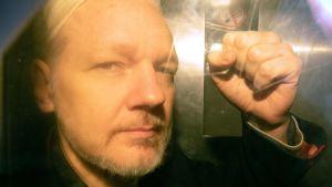 Wikileaksgrundarn Julian Assange anländer till domstolen i London.