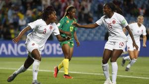 Kanada jublar över 1-0-målet mot Kamerun.