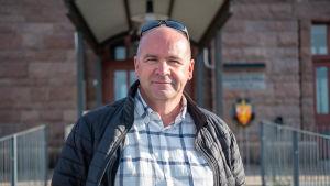 Anders Ahlvik står framför Smörmagasinet i Hangö hamn