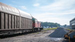 Ett disellok drar en vagn i Hangö hamn